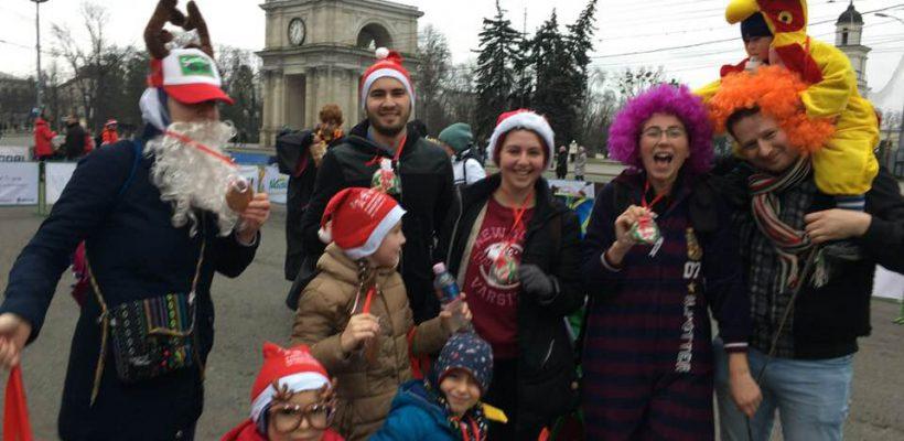 Sute de alergători au adunat cadouri de Crăciun pe bulevardul central al capitalei. Echipa Interakt a luat medalii (Foto)