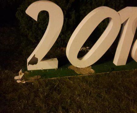 N-a trecut nicio zi! Elemente ale Târgului de Crăciun de pe str. 31 August, vandalizate în seara inaugurării (Foto)