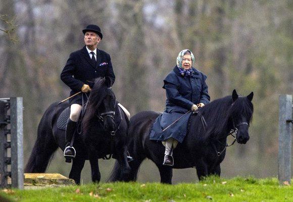 Regina Elisabeta a II-a continuă să călărească și la 91 de ani!