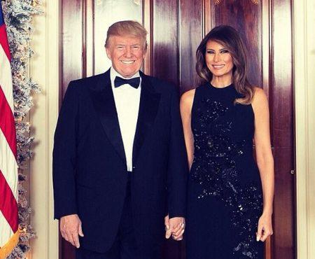 El zâmbitor, Ea într-o rochie sclipitoare! Melania și Donald Trump, ținându-se de mână în primul portret de Crăciun (Foto)