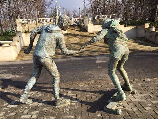Un tânăr din Chișinău și-a sculptat visul, cel de a se plimba cu iubita pe longboard. Statuile au fost instalate în parcul Valea Morilor