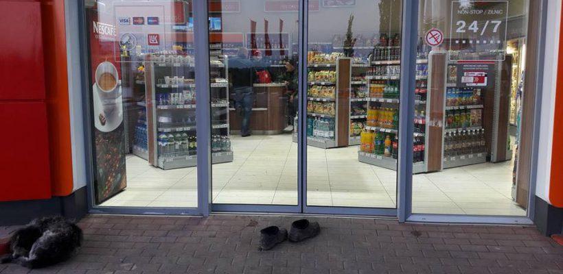 Poza zilei. O bătrânică și-a scos galoșii ca să nu murdărească podeaua unui magazin din Cahul