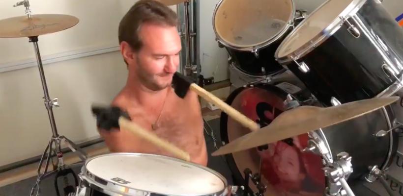 Predicatorul fără mâini și picioare cântă la tobe! Nick Vujicic a decicat piesa binecuvântării Domnului (Video)