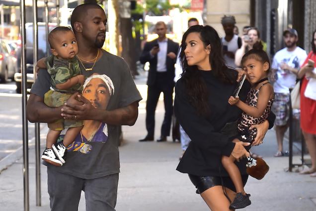 """Kim Kardashian și Kanye West, părinți pentru a treia oară! """"Suntem fericiţi să anunţăm venirea pe lume a frumoasei noastre fetiţe"""""""