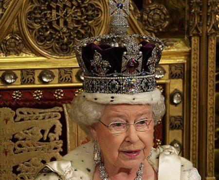 """Regina Elisabeta a II-a a vorbit despre coroana ei: """"E foarte grea și incomodă"""""""