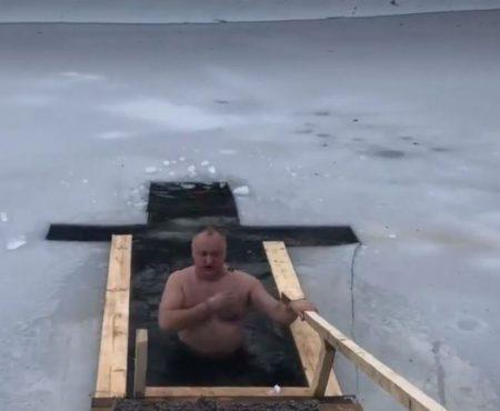 S-a lăsat de halat, dar nu și de tradiție: De Bobotează pe vechi, Dodon s-a scăldat în apa unui iaz