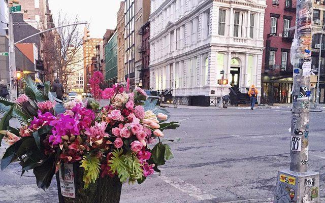 Un florist american transformă coșurile de gunoi în buchete stradale (Foto)