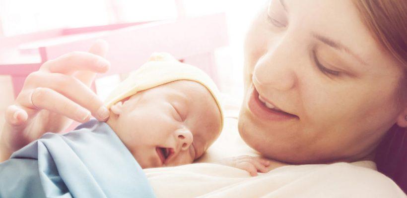 """""""Cele 10 porunci"""" legate de îngrijirea nou-născutului. Despre baie, scutece, înfășat și plimbări"""