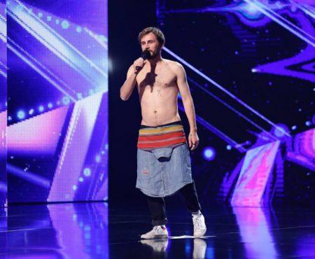 """A emoționat juriul și publicul la """"Românii au Talent"""" Ronin Terente a recitat o """"Doină Urbană"""""""