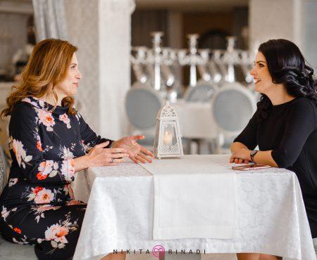 Feminine și misterioase: Signe Burgstaller, Ambasadoarea Suediei în Moldova și Iolanta Mura, într-o ședință foto inedită
