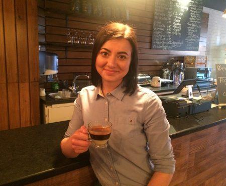 Și-a împlinit visul cu aromă de cafea în Marea Britanie. Are cafeneaua pe care nu o putea deschide acasă