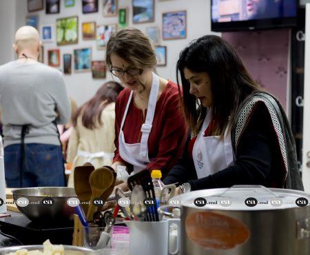 Bucate tradiționale indiene, preparate la Chișinău! Membrele Clubului Internațional al Femeilor și-au expus talentul în culinărie (Foto)