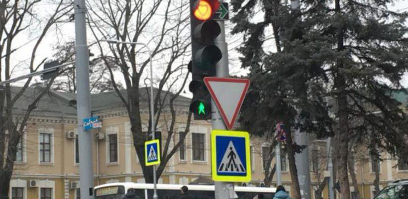 """Iubirea plutește în aer! Bulevardul Ștefan cel Mare e împânzit de semafoare """"îndrăgostite"""""""