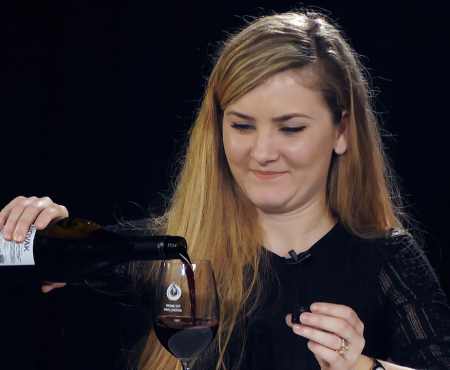 Cum aerăm corect un vin și la ce ne folosesc decantoarele, ne spune Profa de Vin (Video)