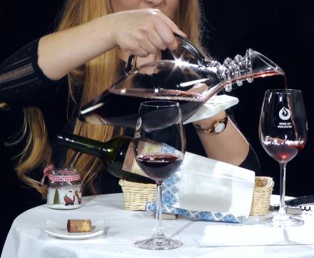 Știai că la decantarea vinului se folosește și o lumânare. Iată pentru ce anume (Video)