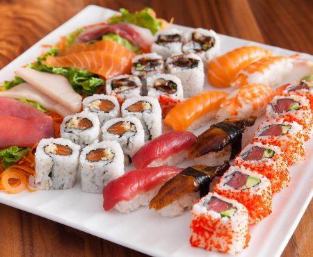 """Nici pomină de somon crud în sushi tradiționale japoneze! Ceea ce mâncăm e deja un """"hibrid"""""""