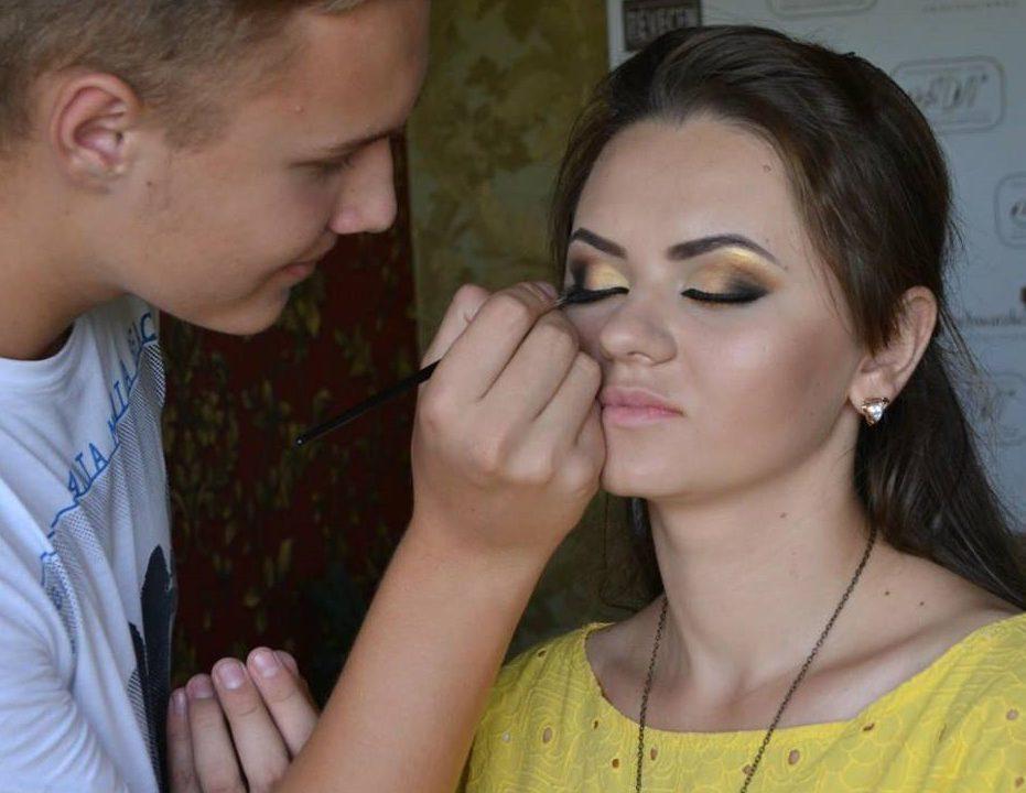Nu Doar Femeile Pot Fi Make Up Artist Mihai Robu Are 17 Ani și Este