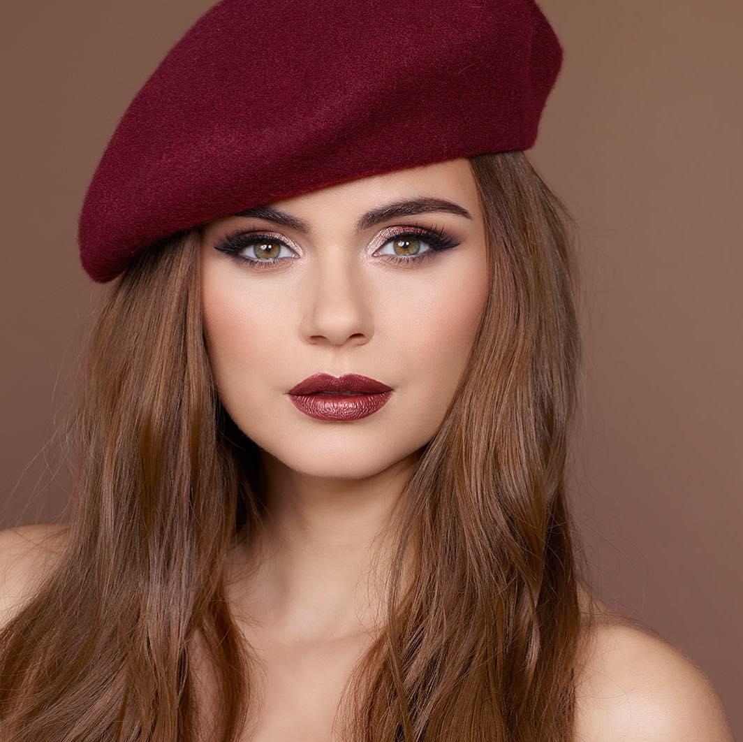 Xenia Deli Este Imaginea Unui Brand De Cosmetice Modelul îți