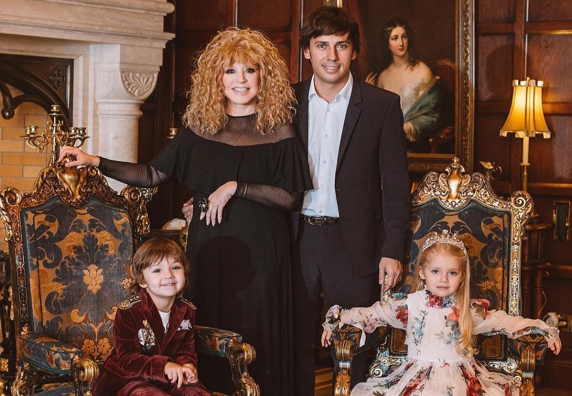 Galkin showed how Pugacheva does homework with Lisa and Harry 09.01.2018 40
