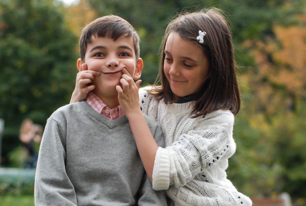 Frați și surori. Cum ne influențează viața legăturile fraterne