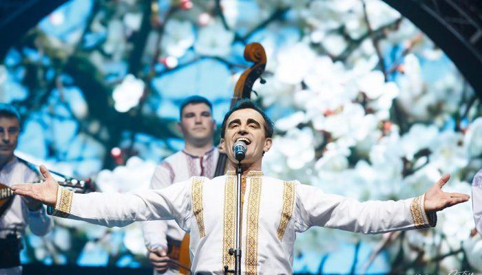 """Sala i-a aplaudat minute în șir în picioare. Cum a fost concertul Ansamblului """"Plăieșii"""" la 30 de ani (Foto/Video)"""